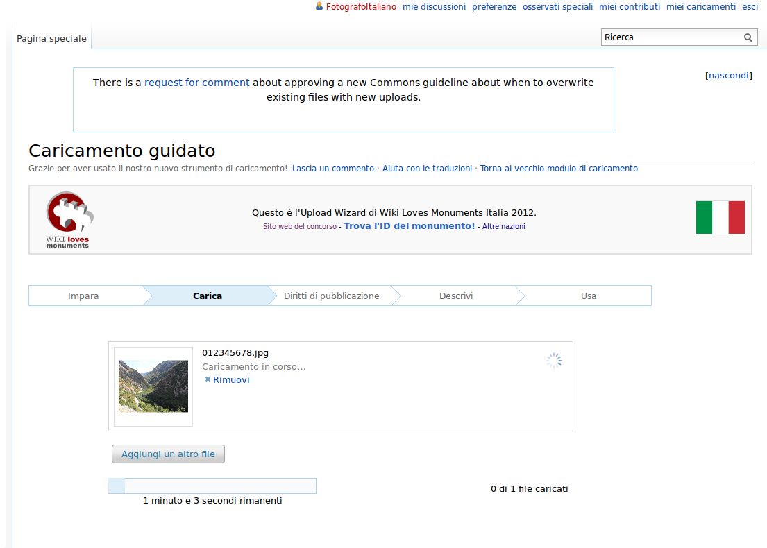 Screenshot dell'Upload Wizard su Wikimedia Commons mentre viene caricata una foto per Wiki Loves Monuments.