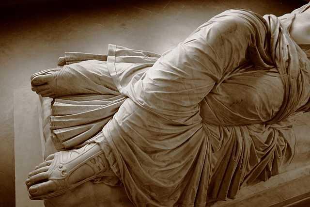Arianna dormiente - particolare della veste. Villa Corsini a Castello, Firenze. Foto di Alemas59 [per la licenza si veda qui]
