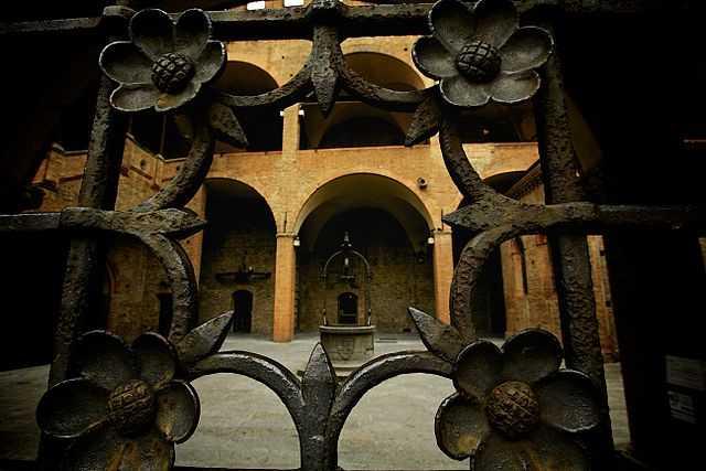 Cortile Palazzo di Re Enzo -Foto di  Giacomo Barbaro  qui]