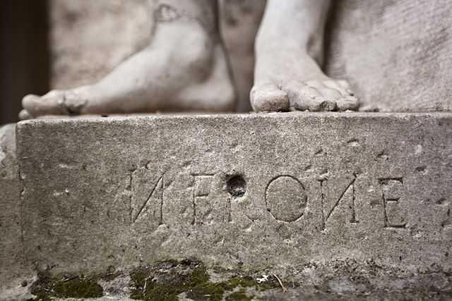 Base della statua di Nerone - Biblioteca di Storia Moderna e Contemporanea (Roma) Foto di Gabriele Anesin [per la licenza si veda qui]