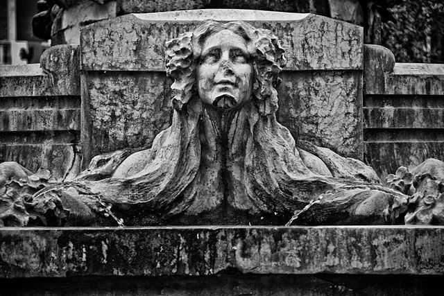 Particolare alla base del Monumento celebrativo all'Acquedotto Astigiano - Foto di Marco Odina [licenza CC-BY-SA 3.0]