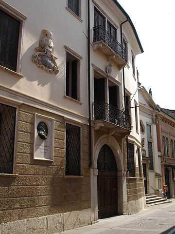 Palazzo Toaldi Capra (con Busto Giuseppe Garibaldi e Busto N. Tron sulla facciata), Schio - Foto di Tania [Licenza CC-BY-SA 3.0]