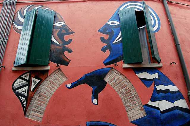 Abitato urbano dipinto con graffiti a Dozza (BO) - Foto di Irene Finessi [Licenza CC-BY-SA 3.0]