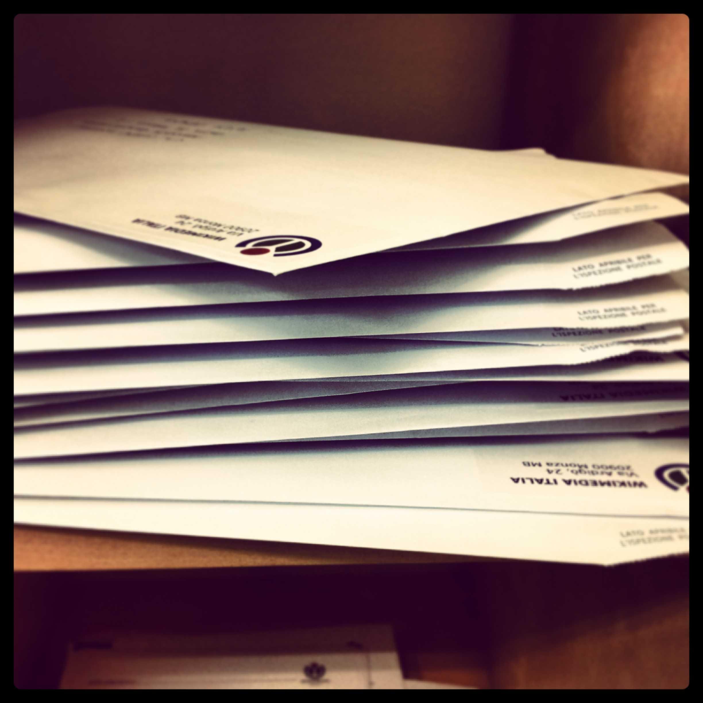C'è sempre qualche busta che attende di essere inviata! [foto di Francesca Lissoni, CC-BY-SA 3.0]