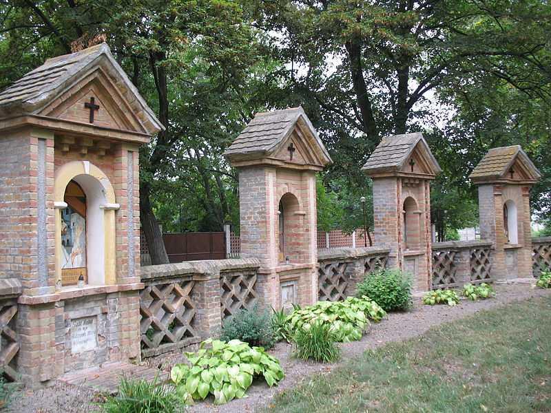 1° posto: giardino nel monastero di Báč. CC-BY-SA Taz666
