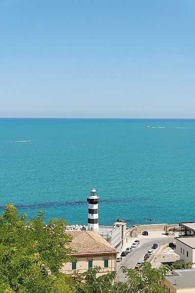 Noi vi facciamo vedere il mare, i monumenti scopriteli voi :) [licenza CC-BY-SA, foto di  RaBoe/Wikipedia]