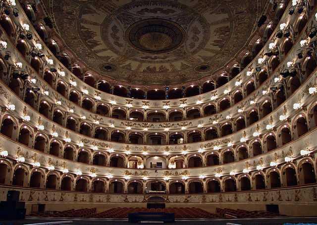 640px-Teatro_Ferrara1