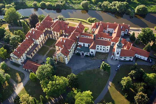 Vista aerea del Castello di Zbraslav (Repubblica Ceca) - Foto di  Zdeněk Fiedler [Licenza CC-BY-SA 3.0] - 8° classificato Wiki Loves Monuments 2013