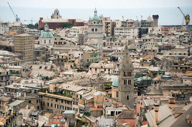Una panoramica di Genova. Viene già voglia di tuffarsi! [Foto di Mstyslav Chernov - licenza CC-BY-SA]