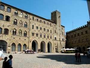 1024px-Volterra-Piazza_del_Priori