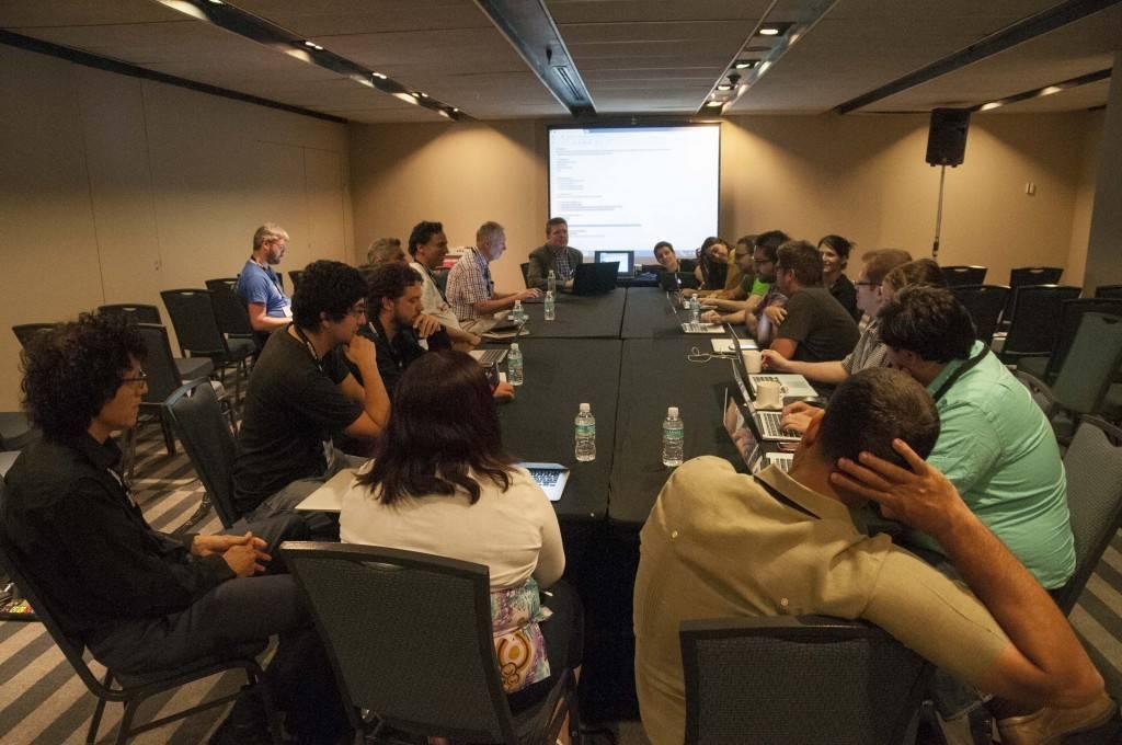 Una discussione durante Wikimania 2015, di EneasMx (Opera propria) [CC BY-SA 4.0], attraverso Wikimedia Commons