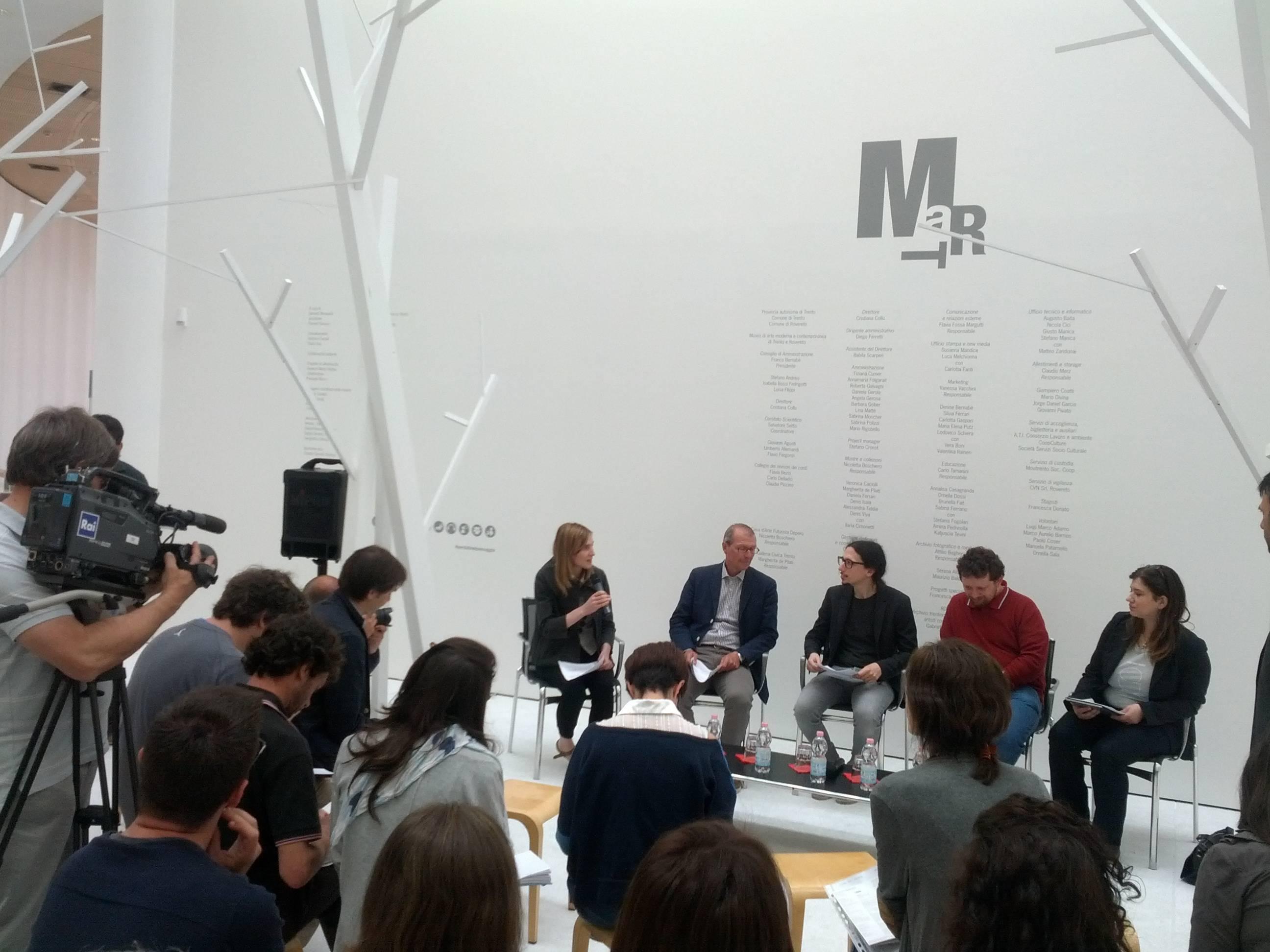 Conferenza stampa al MART di Rovereto per la presentazione del Wikipediano in residenza , uno dei primi in Italia. Foto di Niccolò Caranti, CC-BY-SA 3.0, via Wikimedia Commons.