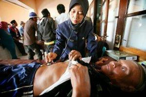 800px-indonesian_nurse_examines_patient_web