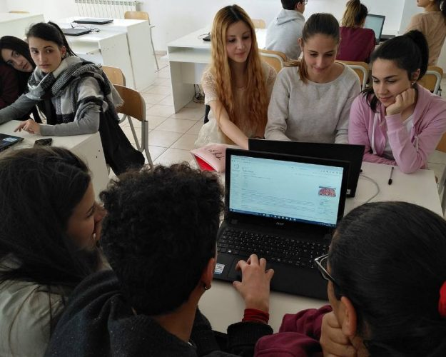 studenti intenti ad imparare su wikipedia